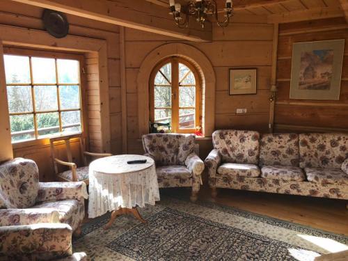 salonik w drewnianym budynku